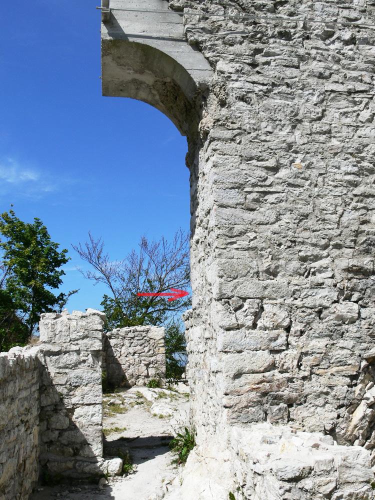 Gutrat: Tor 7 Zustand 2006. Das Geländeniveau von 1997 ist rot markiert.