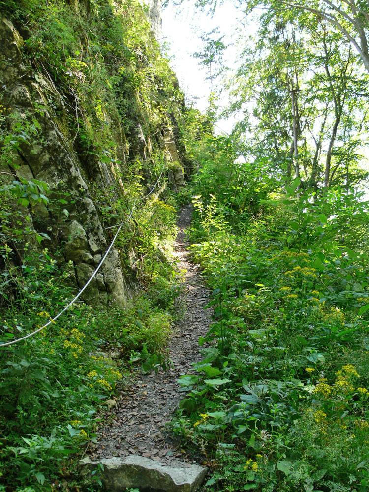 Gutrat: Weg zum Tor 1, links der Burgfelsen (Foto 2006)