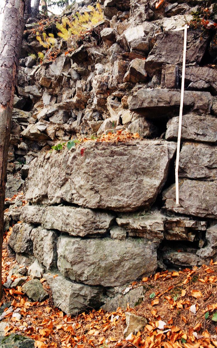 Henneberg: Ringmauer  mit Eckquaderung
