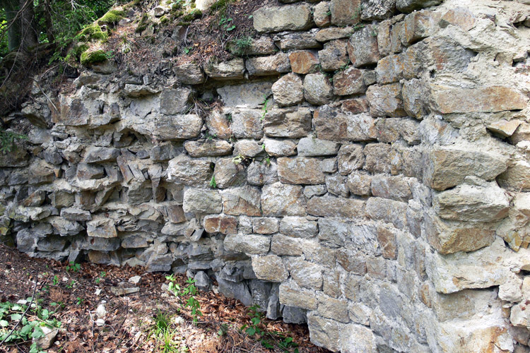 Klamleiten: Quadermauerwerk und Fällmauerwerk an der Innenseite des Rundturms