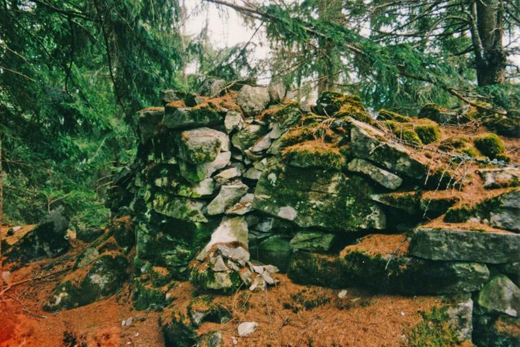 Salla-Klingenstein: Mauerrest am Bergkamm vor der Burg