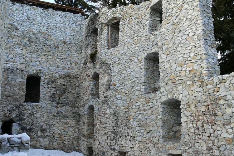 Salla-Klingenstein: Hof mit dem teilweise wieder aufgemauerten Bergfried (Mitte) und  nördlicher Ringmauer.
