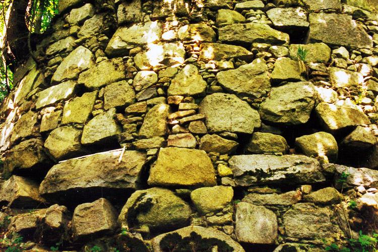 Mitterberg: Zwickelmauerwerk an einem Rundturm der äußeren Ringmauer