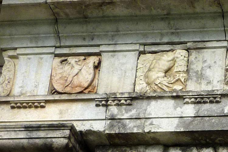 Neuhaus-Trautenfels: Dorischer Fries mit Wappen der Hoffmann am Süd-Ost-Portal.