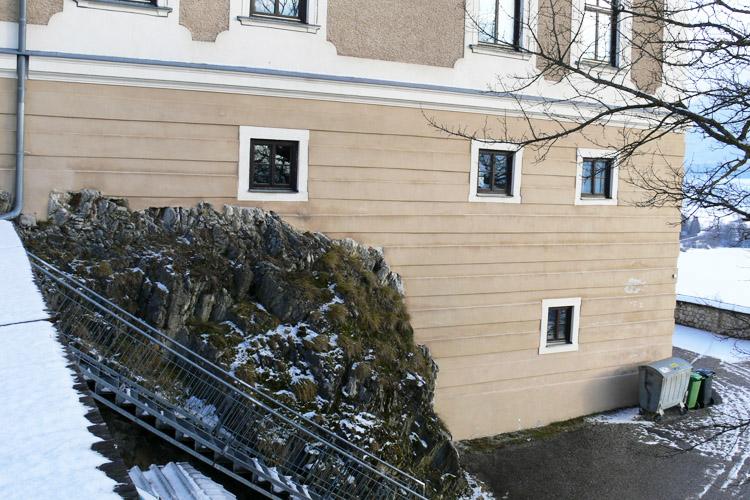 Neuhaus-Trautenfels: Süd-West-Ecke: links der Fels mit dem mittelalterlichen Wohnbau, rechts der in den Hang gestellte Zubau des 16. Jahrhunderts.