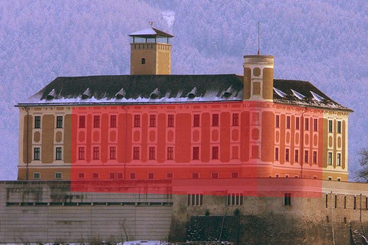 Neuhaus-Trautenfels: Ansicht von Norden, die Kubatur des mittelalterlichen Baus ist rot unterlegt.