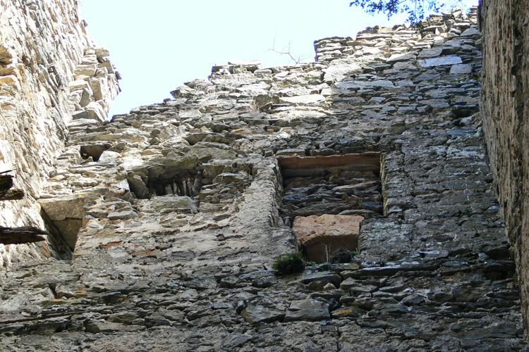 Niederkraig Wohnturm: Reste der Trichterfenster an der Ostseite.
