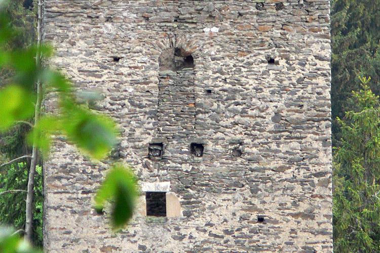 Niederkraig Wohnturm: Türe zum Balkon an der Westseite im 3. Obergeschoss.