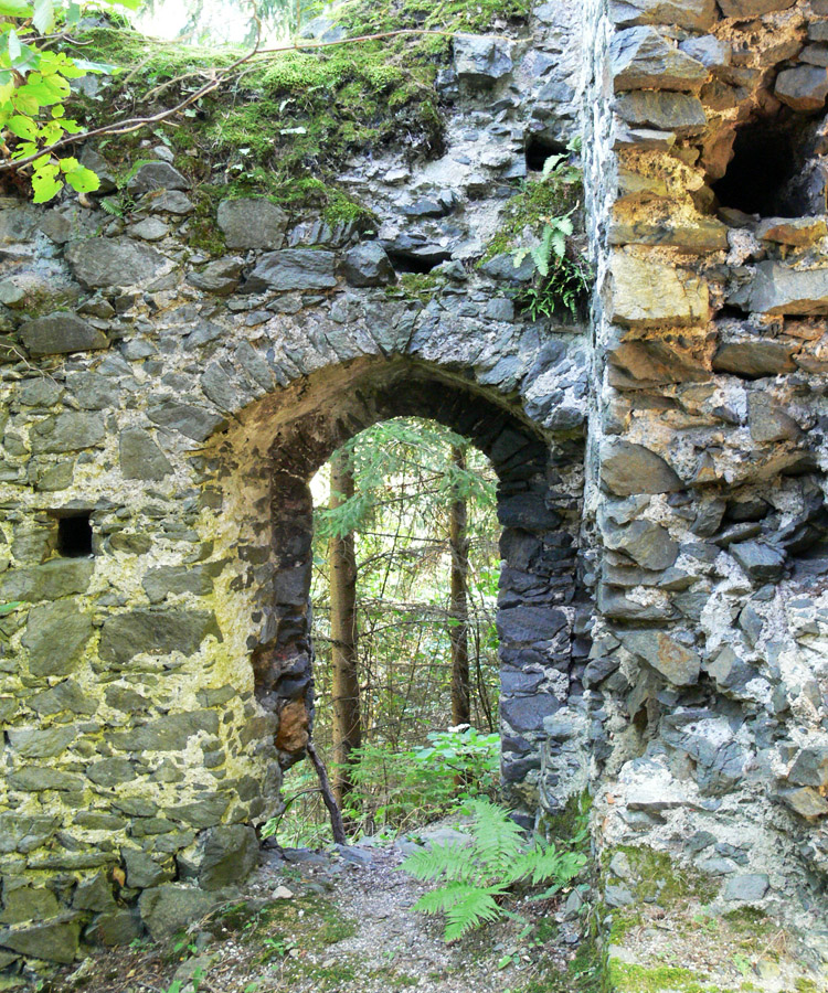 Pernegg: Seitentüre im Torzwinger