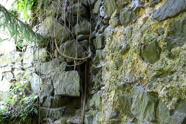 Pernegg: Baufuge zwischen älterer Ringmauer (rechts) und angestellter Ringmauer der Erweiterung