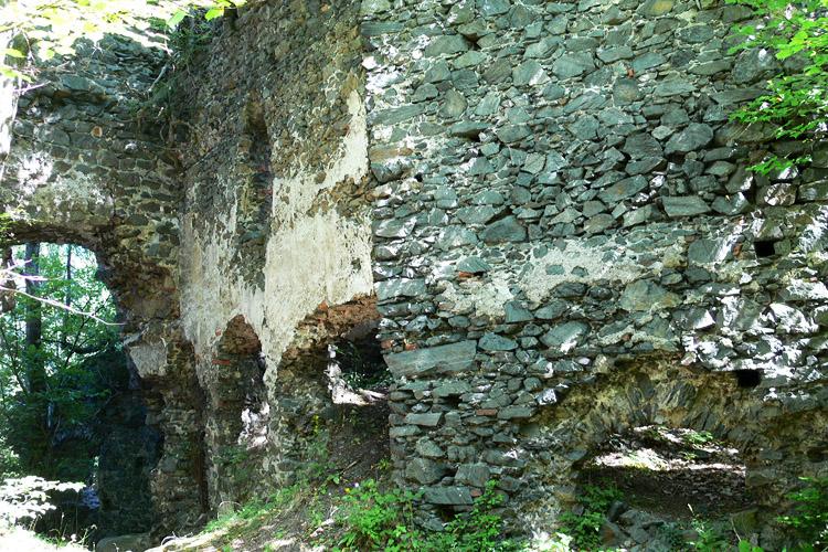 Pernegg: Burgtor (links) und Kapelle (rechts)