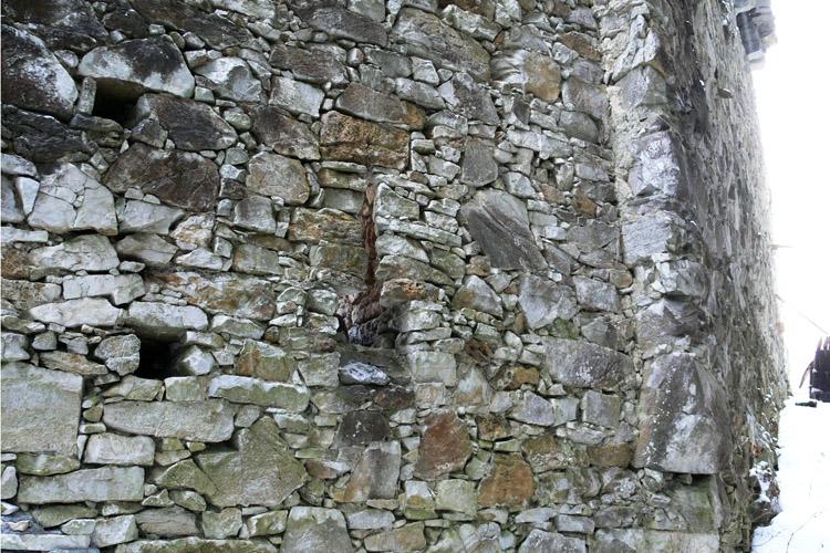 Salla-Klingenstein: die gegen die nördliche Ringmauer vorspringende Ecke des Bergfrieds.