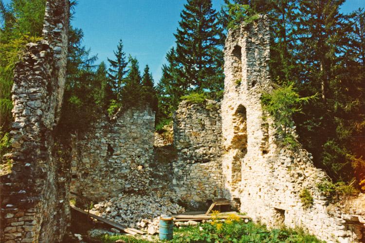 Salla-Klingenstein: Bergfried und Hof vor der Restaurierung (Foto 1994)