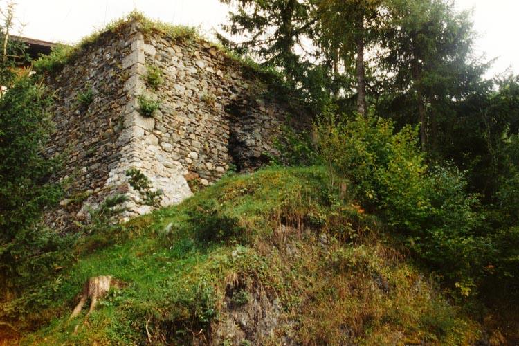 Säusenstein: Turmstumpf und vorgelagerter Halsgraben