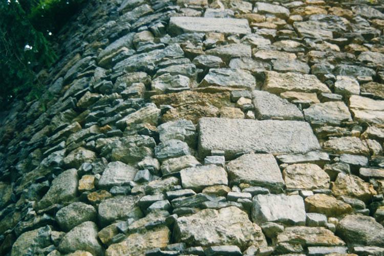 Sulzau-Friedberg: Quader an der abgerundeten Ecke