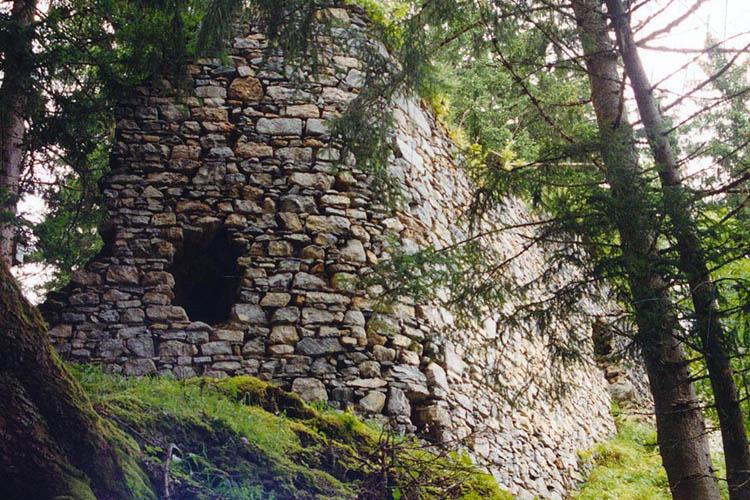 Sulzau-Friedberg: Ringmauer mit abgerundeter Ecke
