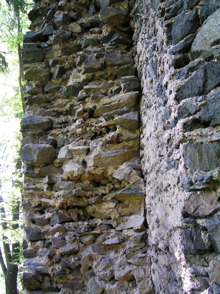 Untere Pernegg: links die ältere Ringmauer, rechts die eingestellte Schildmauer