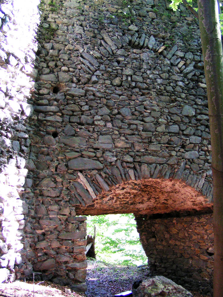 Untere Pernegg: Tor in der Schildmauer mit doppeltem Entlastungsbogen