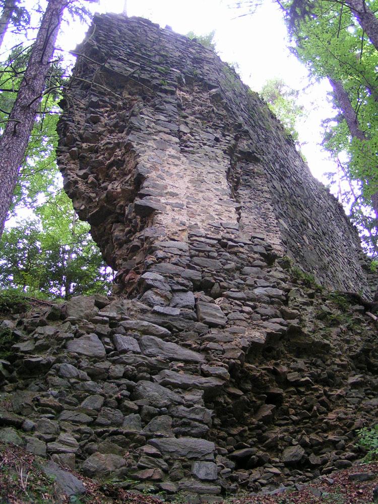 Baufuge in der älteren Ringmauer, links Gebäudeecke, rechts niedere angestellte Ringmauer.