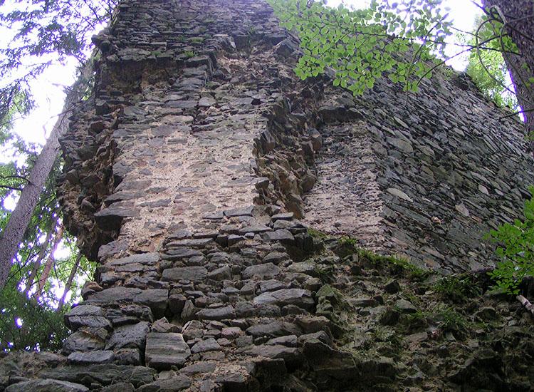 Untere Pernegg: Verschneidung der Gebäudeecke, Torzwinger und Schildmauer