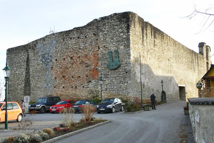 Nordseite der Burg, links der Wohnturm, in der Mitte die vermauerte Baulücke des Bergfrieds.