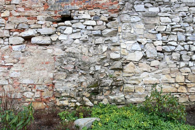 Obervoitsberg: Nordseite; unten die Reste des abgebrochenen Turmes