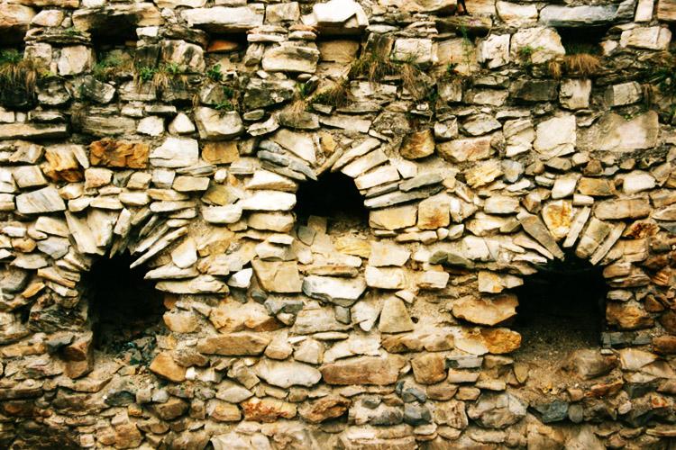 Obervoitsberg: Innenseite der Fenstergruppe vor deren Zerstörung im Jahr 2000.