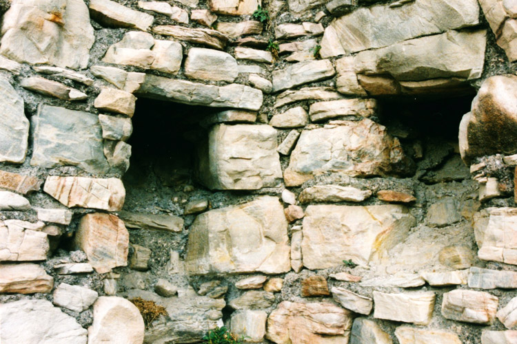 Obervoitsberg: Kamin in der Ecke des Wohnturms