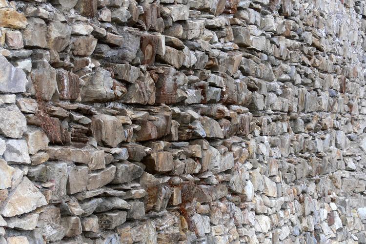 Obervoitsberg: Mauerwerk an der östlichen Ringmauer