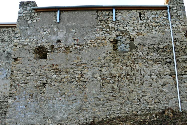 Obervoitsberg: Ostseite des Wohnturmes mit vermauerter Fenstergruppe