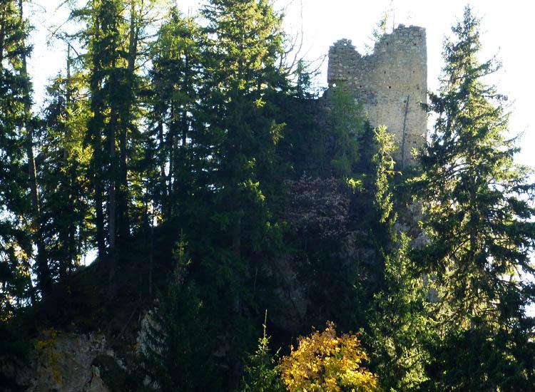 Ehrenfels, von Norden. der 45 Grad Hang links ist die flache Seite, recht vom Turm geht es senkrecht nach unten