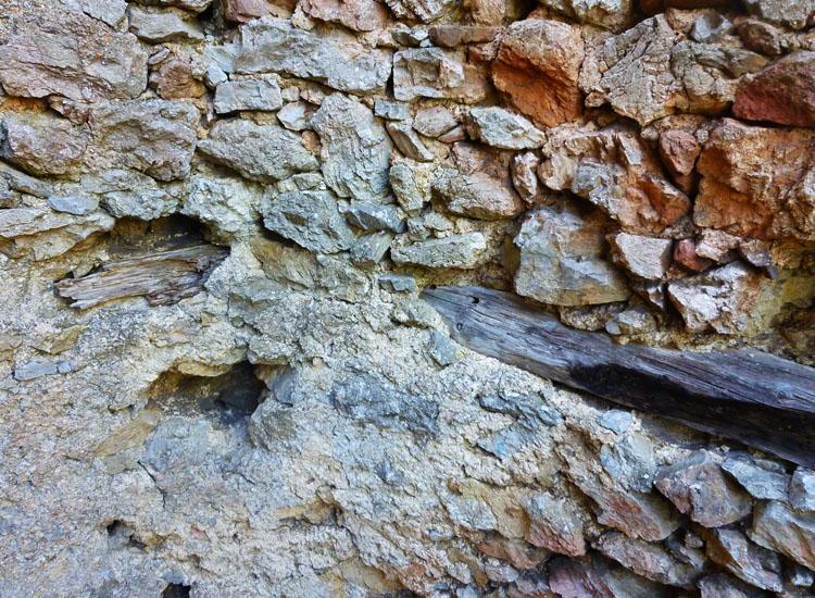 Ehrenfels: angekohlte Maueranker im unteren Bereich des Sechseckturms.