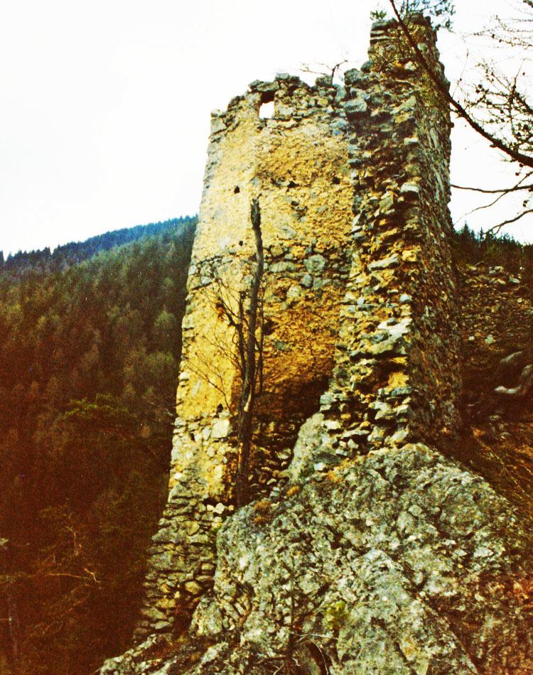 Ehrenfels: der Sechseckturm von Süden.