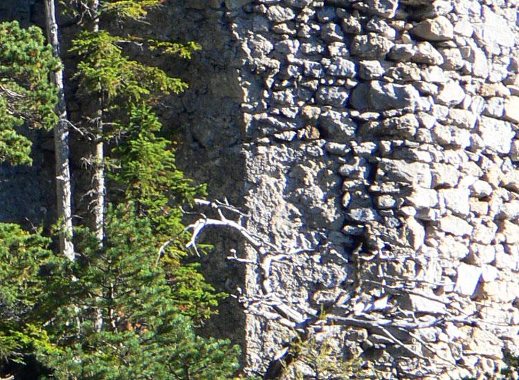 Ehrenfels: Detail des Strukturwechsels an der NW-Kante des Sechseckturms
