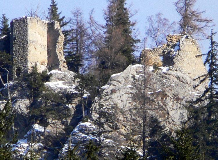 Ehrenfels: Die Südwand und der Sechseckturm vom Tal, aus etwa 2 km Entfernung