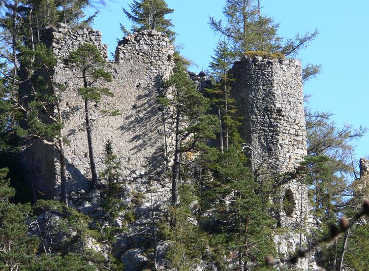 Ehrenfels: Ansicht von Westen. links der Wohntrakt, rechts der Sechseckturm