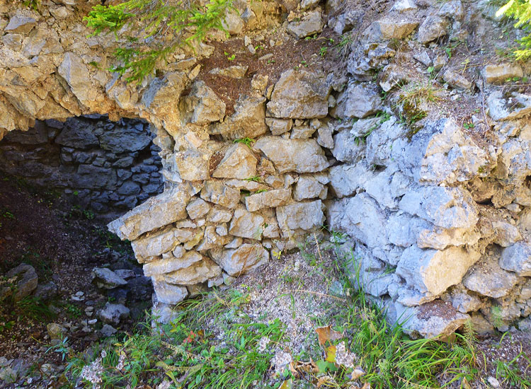 Ehrenfels: Baufuge zwischen Ringmauer (rechts) und der Mittelwand des Wohntraktes