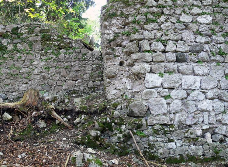 Federaun: Die Baulüccke des ebgrtragenen Bergfrieds,im Hintergrund die in geringerer Mauerstärke wiederaufgebaute Wand