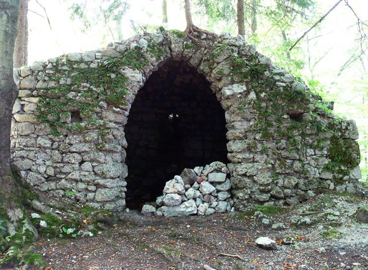 Federaun: Portal in der rezent errichteten Westseite des Bergfrieds