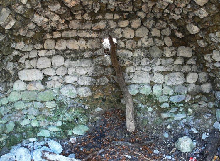 "Federaun: Rückseite des Bergfrieds, im Inneren der ""Kapelle"""