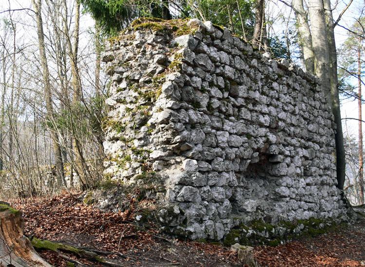 Federaun: die der Vorburg zugewandte Ostfront der Kernburg, rechts im Hintergrund der Standort des Bergfrieds