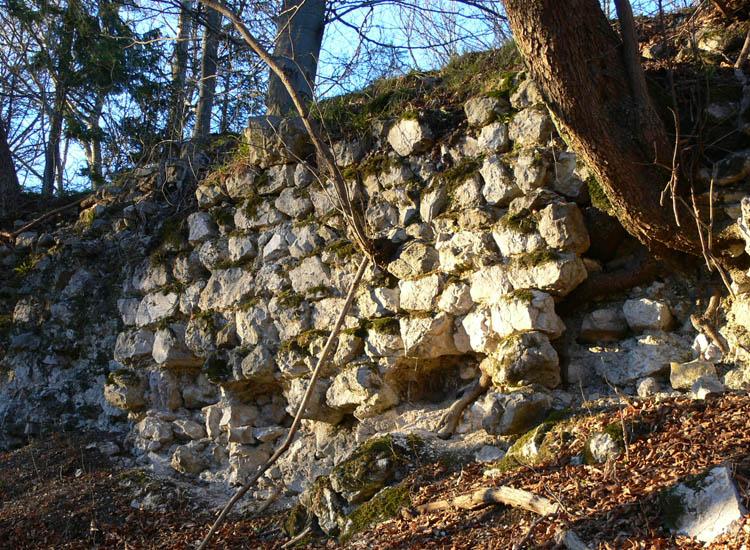 Federaun: Die bescheidenen Mauerreste der Kernburg-Südmauer