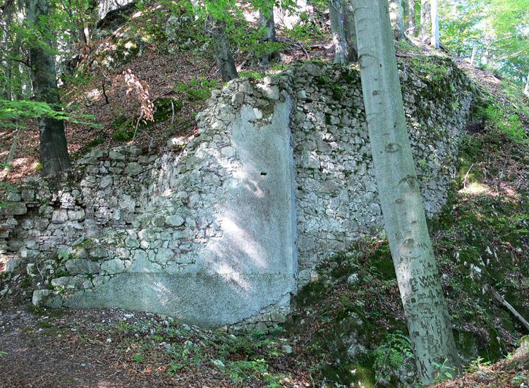 Federaun: Reste einer Toranlage im Bereich des Halsgrabens
