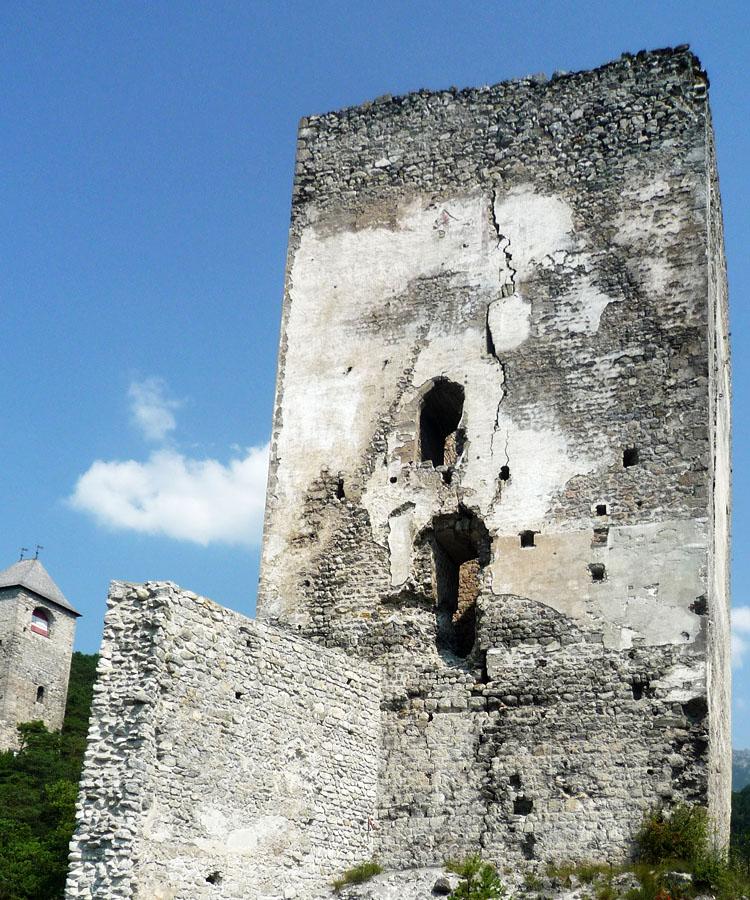 Fragenstein: Südseite des Bergfrieds mit dem Hocheinstieg