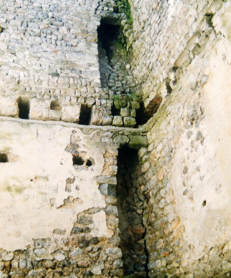 Fragenstein: die beiden Kamine in der Südost-Ecke des Bergfrieds