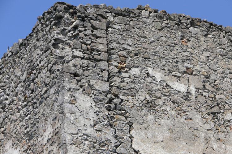 Fragenstein: Baufuge im 4. OG des Bergfrieds