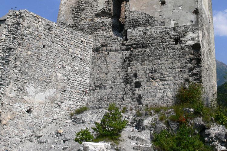 Fragenstein: Südseite des Bergfrieds und die romanische Ringmauer