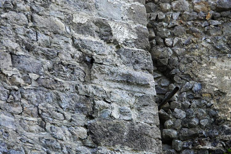 Fragenstein: Buckelquaderkante am Bergfried