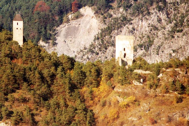 Fragenstein: Totale von Süden, links der Weinecker Turm, rechts der Bergfried