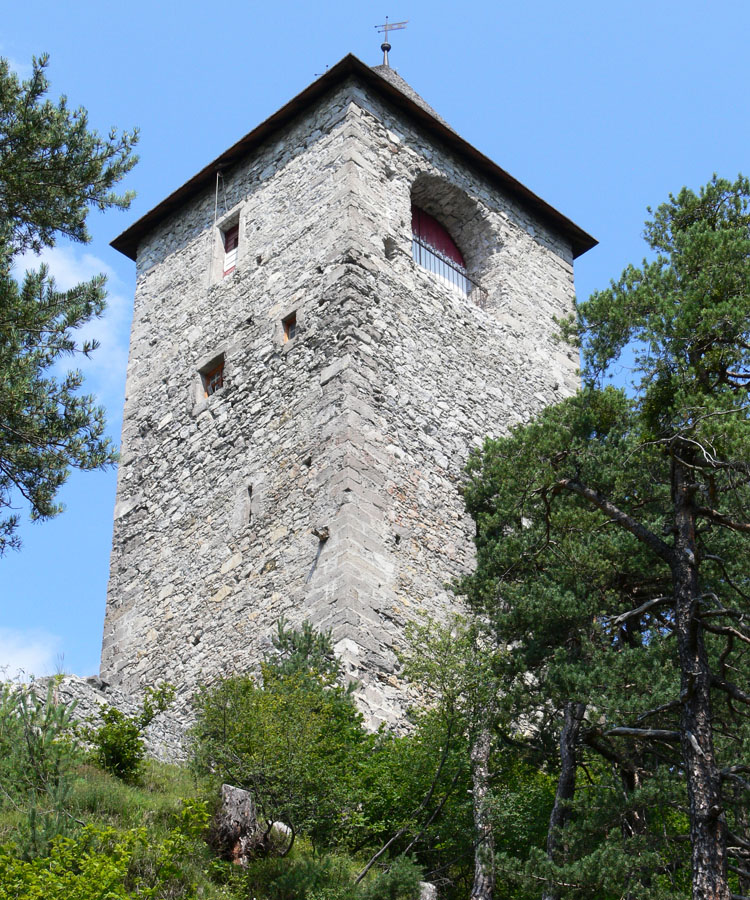 Fragenstein: Weinecker Turm mit Bogenöffnung im obersten Geschoss.
